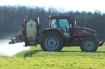 Tracteur Pesticides LE JOURNAL DU BUGEY-DR